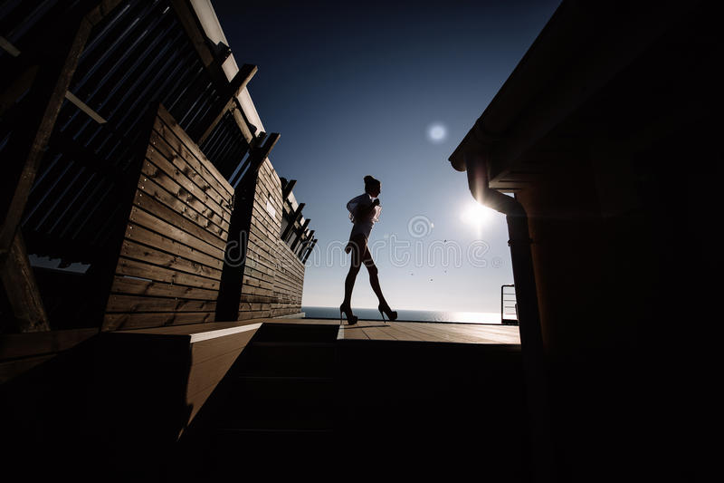 Modelo rubio atractivo elegante imponente fenomenal hermoso con la silueta erótica perfecta del traje del cuerpo fotos de archivo libres de regalías