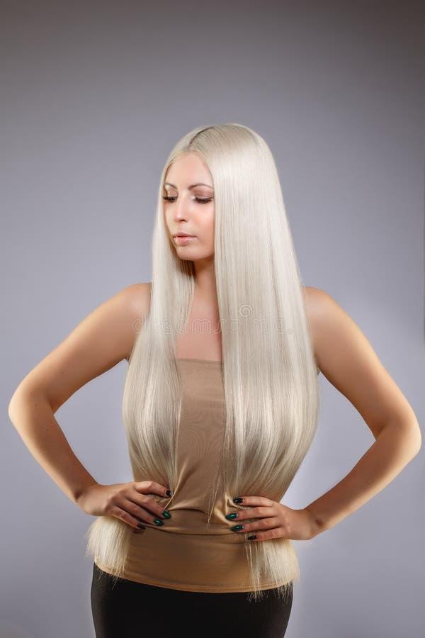 Modelo rubio con el pelo brillante sano largo Pelo que lleva de la mujer imagenes de archivo