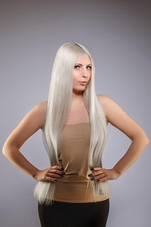 Modelo rubio con el pelo brillante sano largo Pelo que lleva de la mujer fotos de archivo