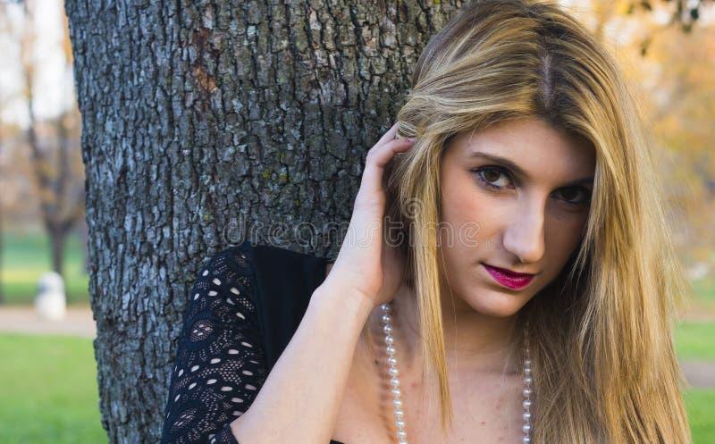 Modelo rubio de la mujer de la manera del estilo de pelo fotografía de archivo libre de regalías