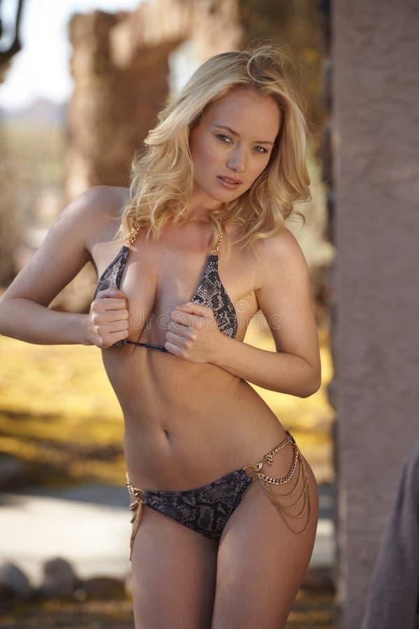 Modelo rubio del bikini imágenes de archivo libres de regalías