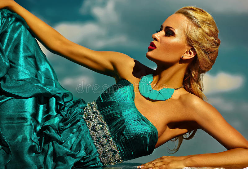 Modelo rubio elegante atractivo con maquillaje brillante en vestido de noche fotografía de archivo libre de regalías
