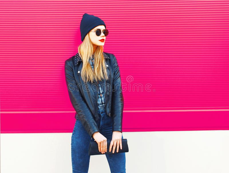 Modelo rubio elegante de la mujer en el perfil que mira la chaqueta del estilo del negro de la roca lejos que lleva, sombrero, co fotografía de archivo libre de regalías