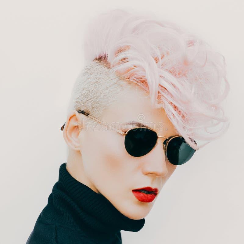 Modelo rubio en vidrios del vintage con corte de pelo elegante Pho de la moda imágenes de archivo libres de regalías