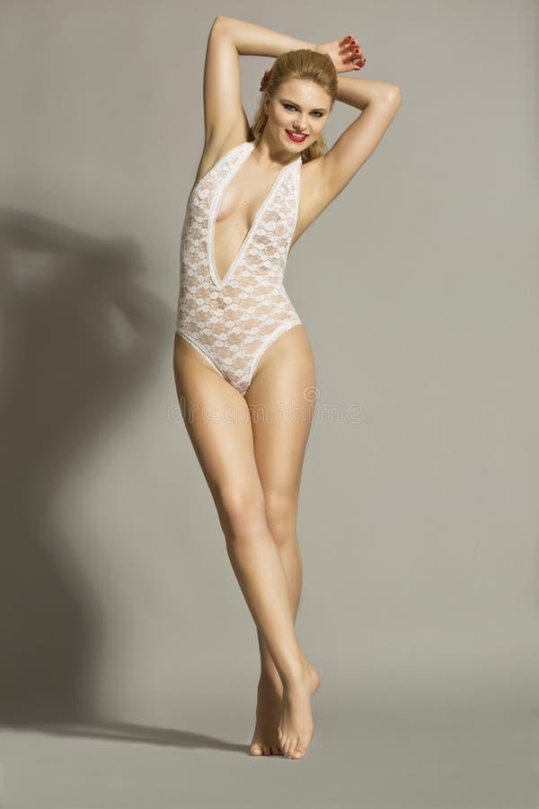 Modelo rubio hermoso en el estudio que lleva una media blanca del cuerpo fotos de archivo