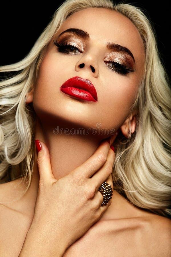 Modelo rubio sensual atractivo con los labios rojos imagenes de archivo