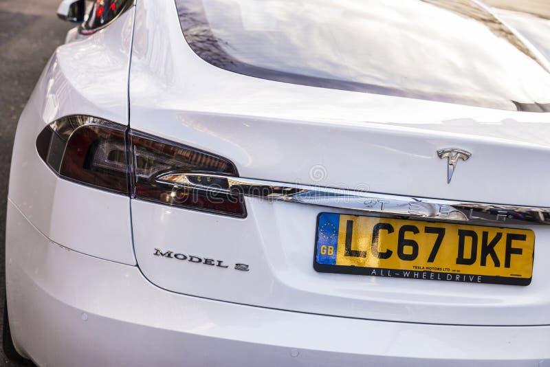 Modelo S de Tesla del coche eléctrico en Londres, Gran Bretaña imagenes de archivo