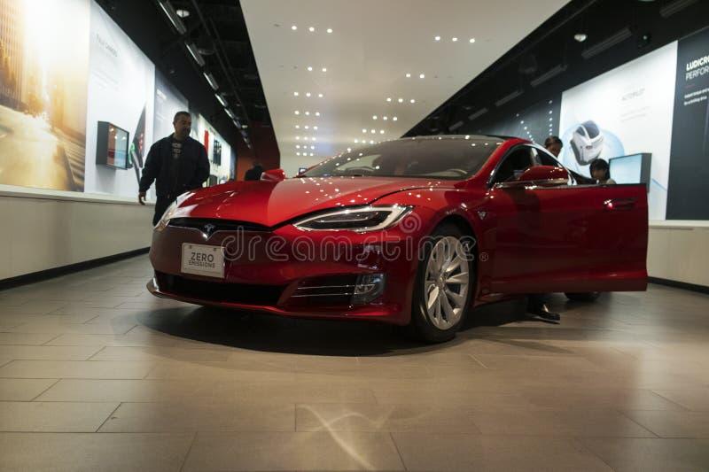Modelo S de Tesla em uma sala de exposições foto de stock