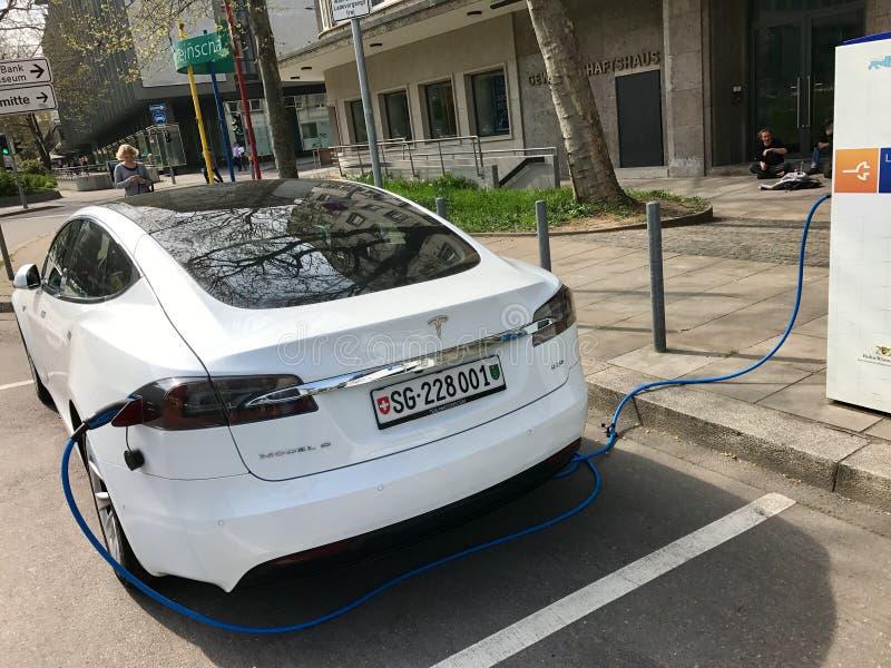 Modelo S de Tesla que está sendo carregado foto de stock