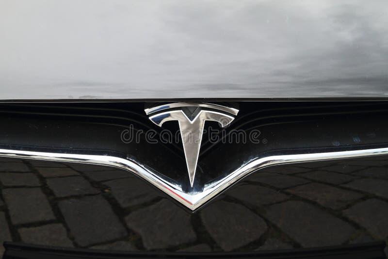 Modelo S - detalle del coche de Tesla del logotipo fotografía de archivo libre de regalías