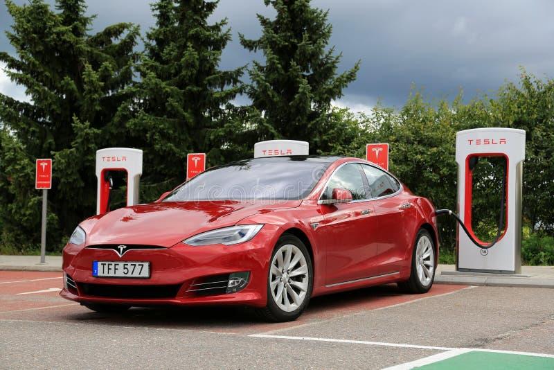 Modelo S Electric Vehicle de Tesla con New Look fotos de archivo