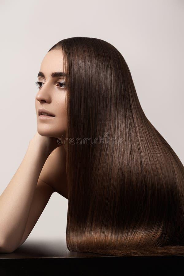 Modelo sensual de la mujer con el pelo oscuro recto Peinado largo brillante de la salud imágenes de archivo libres de regalías