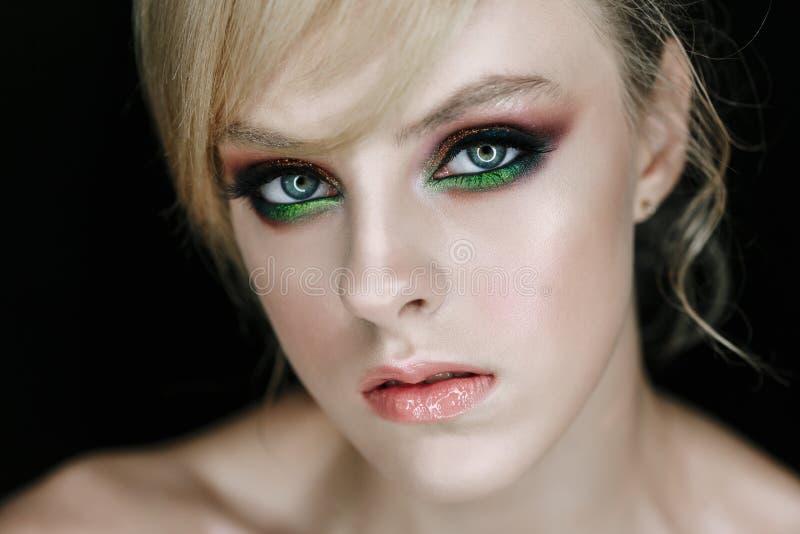 Modelo serio de la cara con la foto del primer del maquillaje de la cara fotografía de archivo libre de regalías