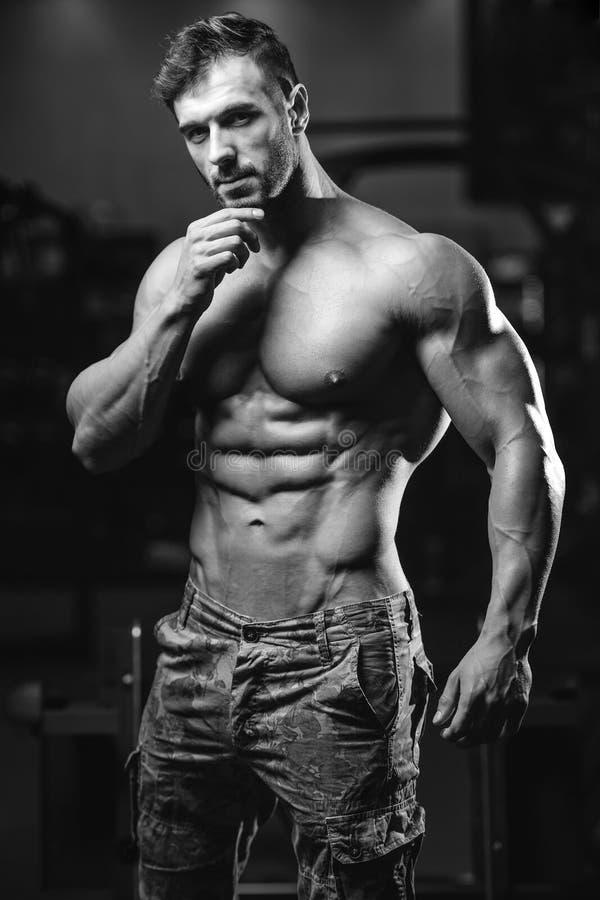 Modelo 'sexy' caucasiano da aptidão no fim do gym acima do Abs fotografia de stock