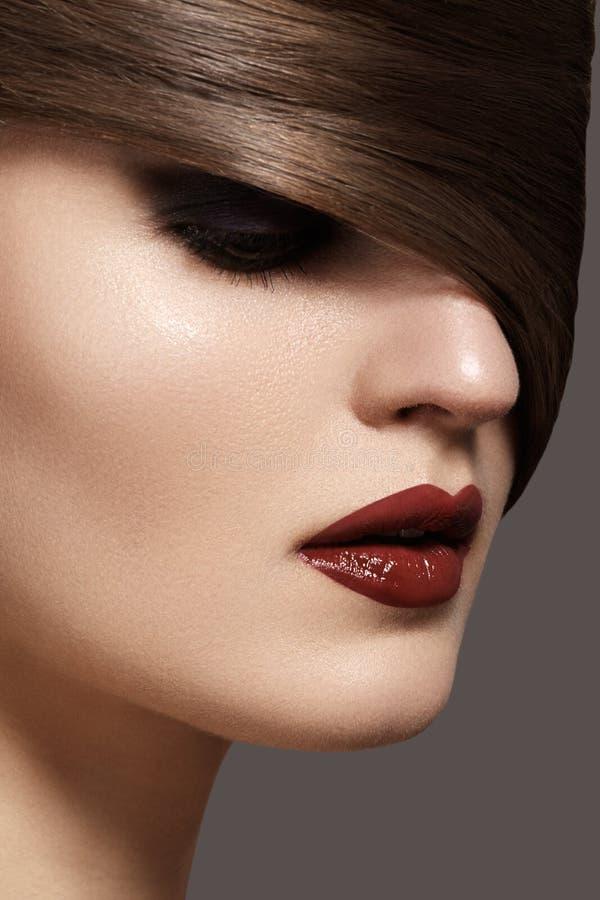 Modelo 'sexy' com obscuridade - bordos vermelhos & penteado liso da mulher fotografia de stock royalty free