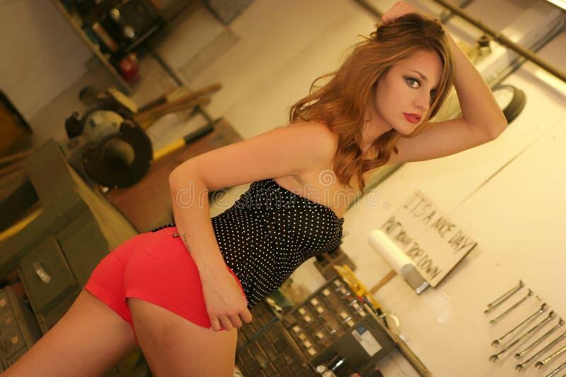 Modelo 'sexy' do Pinup na garagem imagem de stock royalty free