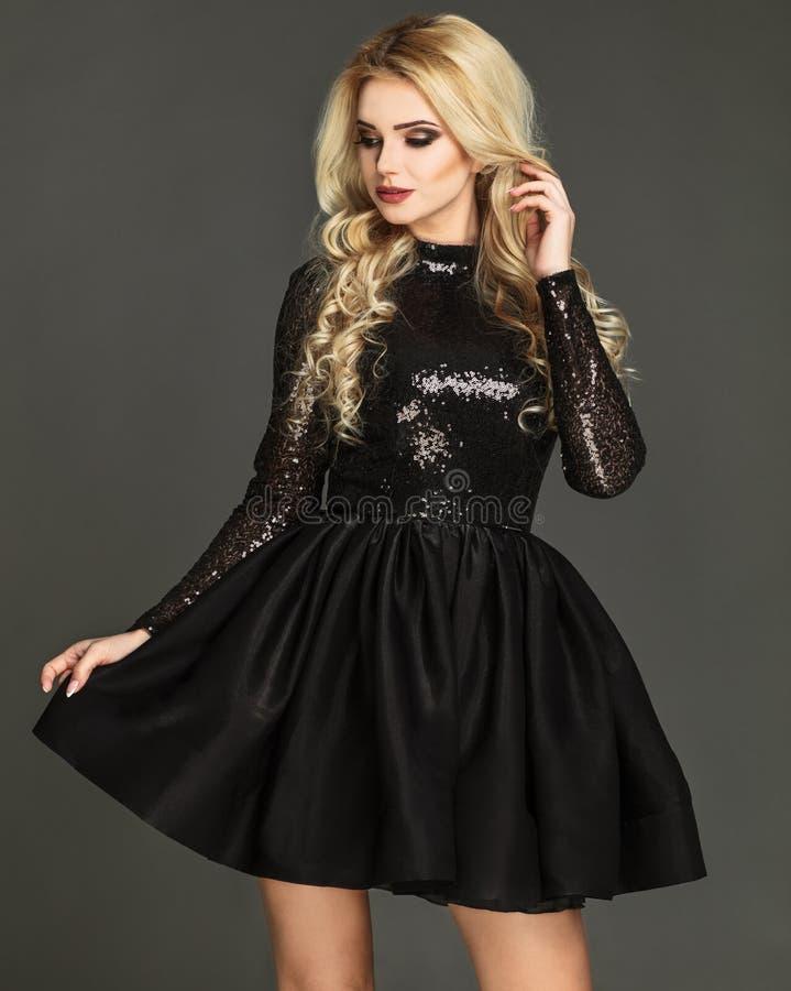 Modelo 'sexy', louro que veste o vestido chique foto de stock royalty free