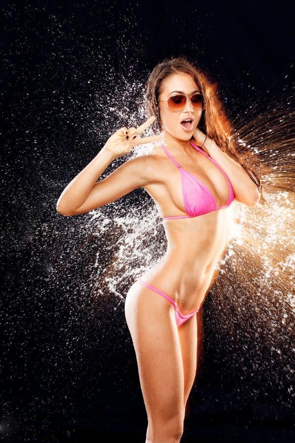 Modelo 'sexy' no respingo da água imagens de stock