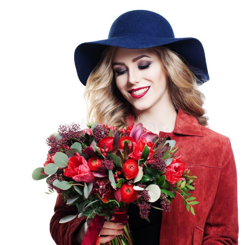 Modelo sonriente con el ramo de las flores imagen de archivo libre de regalías