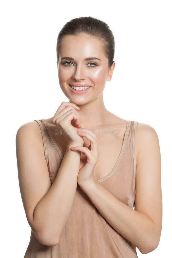 Modelo sonriente feliz del balneario de la mujer en blanco Muchacha bonita con la piel clara Skincare y concepto facial del trata foto de archivo