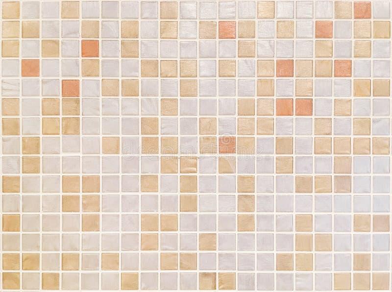 Modelo superficial de las tejas del primer en las tejas marrones en fondo de la textura de la pared del cuarto de baño fotos de archivo libres de regalías