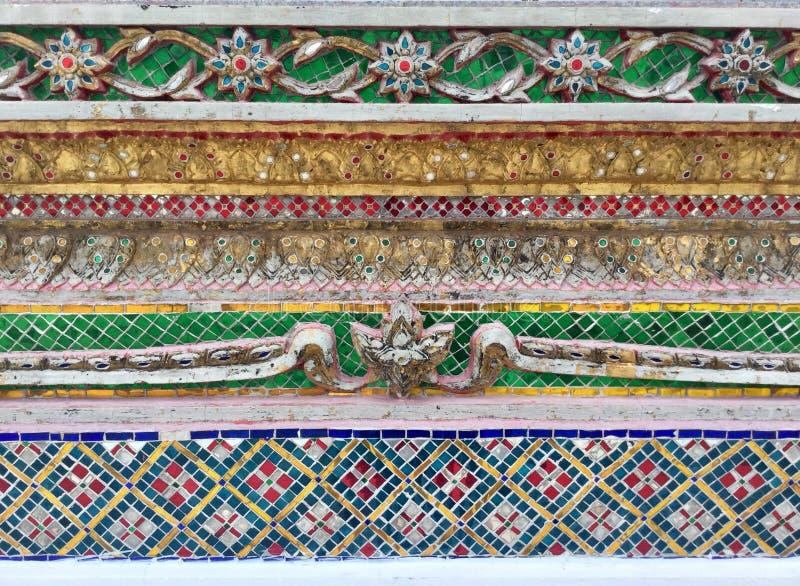 Modelo tailandés hermoso de la decoración del mosaico del templo del ornamento imagenes de archivo