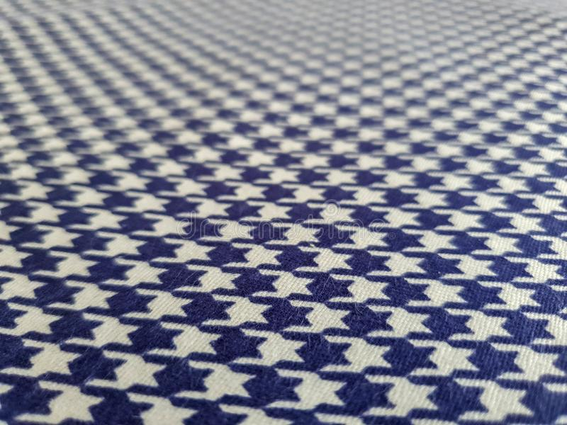 Modelo, textura, fondo, papel pintado Muestra azul y blanca suave del algodón con el ornamento geométrico Ci?rrese encima de la v foto de archivo