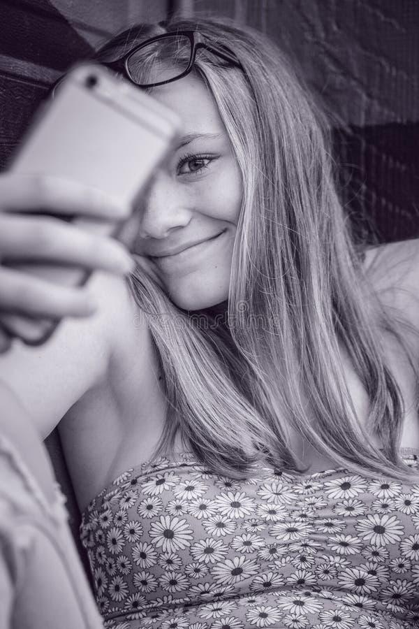 Modelo tomando um selfi do telefone celular foto de stock