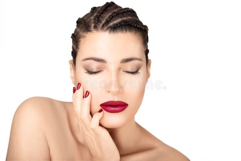 Modelo trenzado hermoso del pelo con los labios y los clavos rojos de la estera Maquillaje y cosm?ticos de la belleza foto de archivo libre de regalías