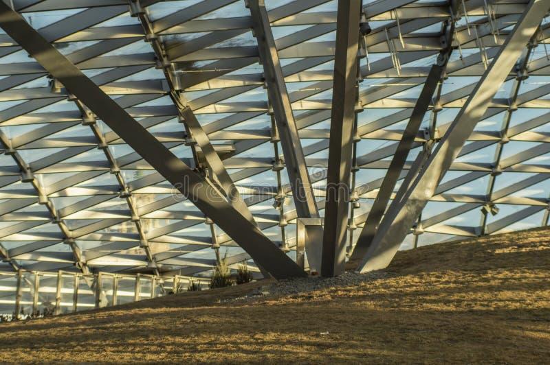 Modelo triangular del vidrio transparente de un tejado moderno Rayos del sol de la tarde foto de archivo libre de regalías
