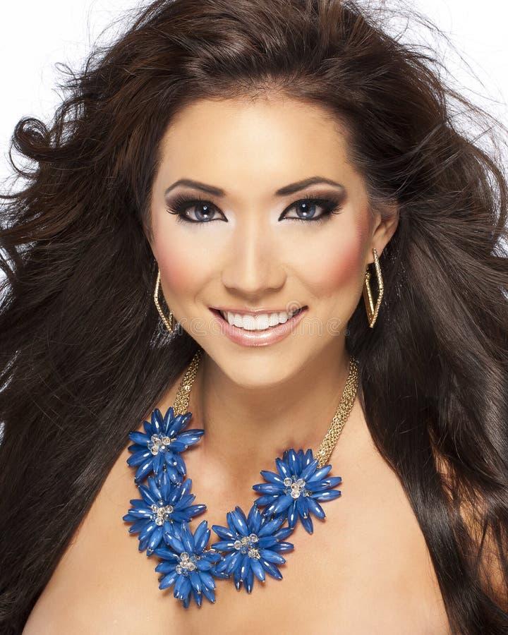 Modelo triguenho bonito do cabelo com colar azul foto de stock royalty free