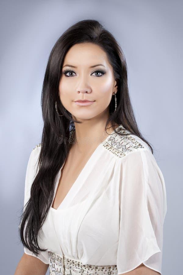 Modelo trigueno hermoso del pelo con la camisa blanca imagen de archivo