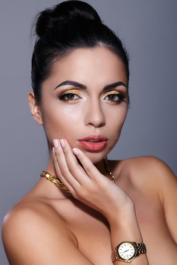 Modelo trigueno joven con la piel perfecta del maquillaje amarillo fotos de archivo libres de regalías