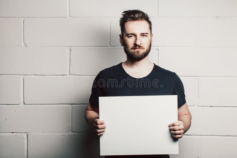 Modelo vazio branco da placa do cartão da posse do homem da barba fotos de stock royalty free
