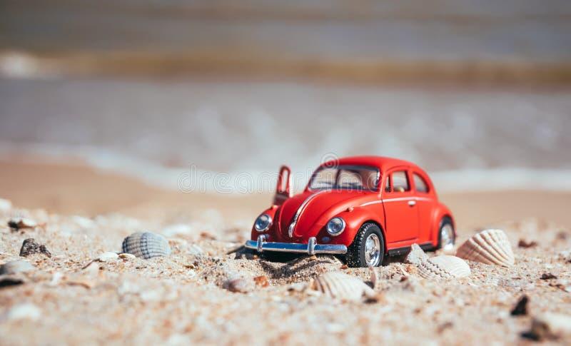 Modelo vermelho de um carro retro em um fundo de um Sandy Beach em Los Angeles, Califórnia, EUA foto de stock