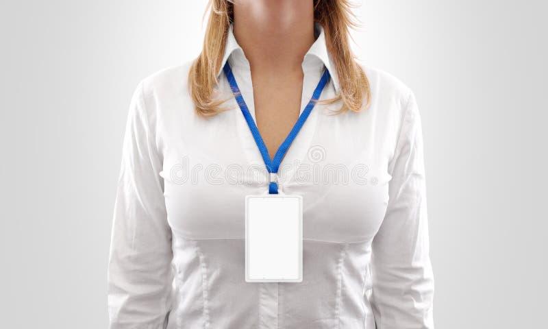 Modelo vertical branco do crachá da placa do desgaste de mulher, suporte isolado fotografia de stock