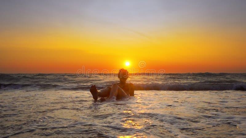 Modelo Woman Play Spraying en el partido de la playa imagen de archivo libre de regalías