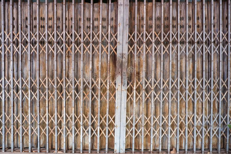Modelo y fondo de acero plegables de la textura de la puerta de la puerta de acero imagen de archivo libre de regalías