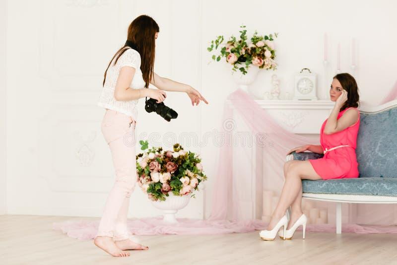 Modelo y fotógrafo de sexo femenino en photoshooting fotografía de archivo
