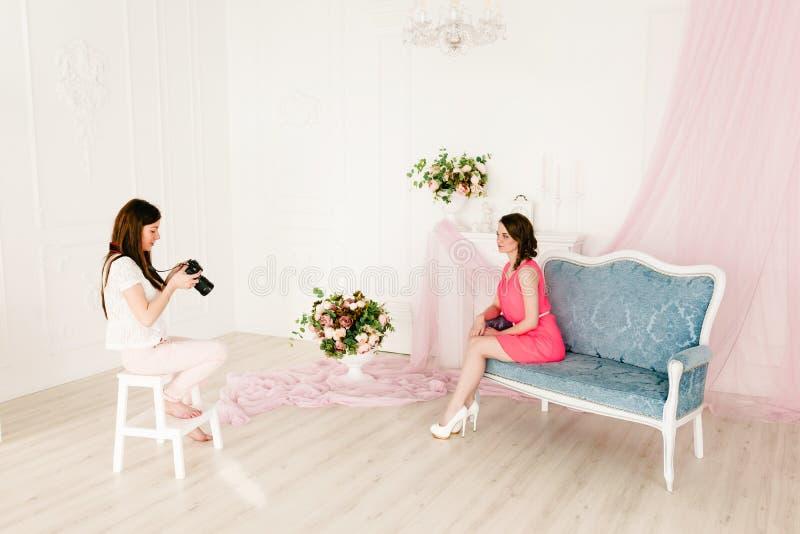 Modelo y fotógrafo de sexo femenino en photoshooting imagenes de archivo