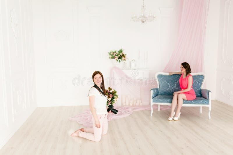 Modelo y fotógrafo de sexo femenino en photoshooting foto de archivo libre de regalías