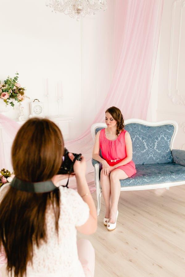 Modelo y fotógrafo de sexo femenino en photoshooting imágenes de archivo libres de regalías
