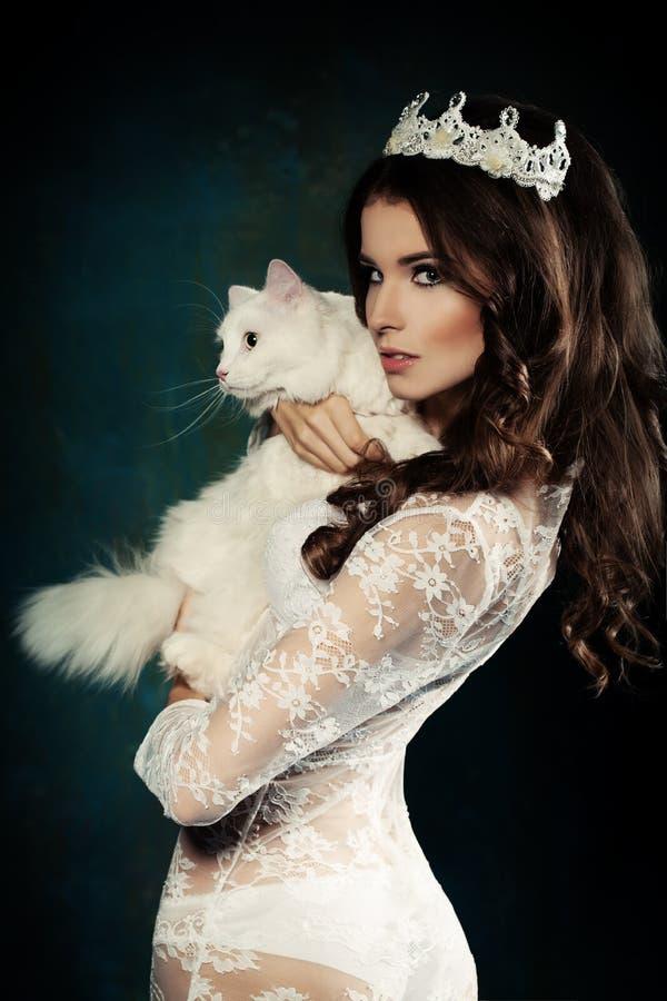 Modelo y gato hermosos de moda imagenes de archivo