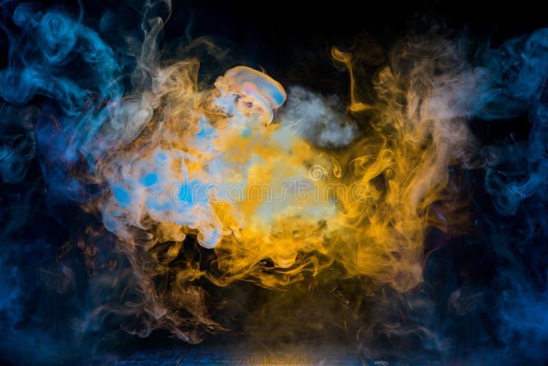 Modelos amarillos y azules del humo imágenes de archivo libres de regalías
