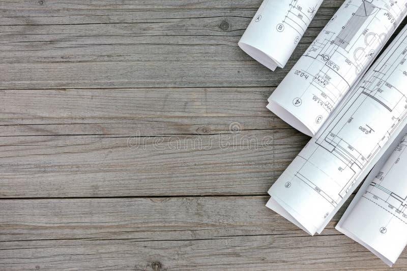 Modelos arquitectónicos y planes caseros en fondo de madera imagen de archivo
