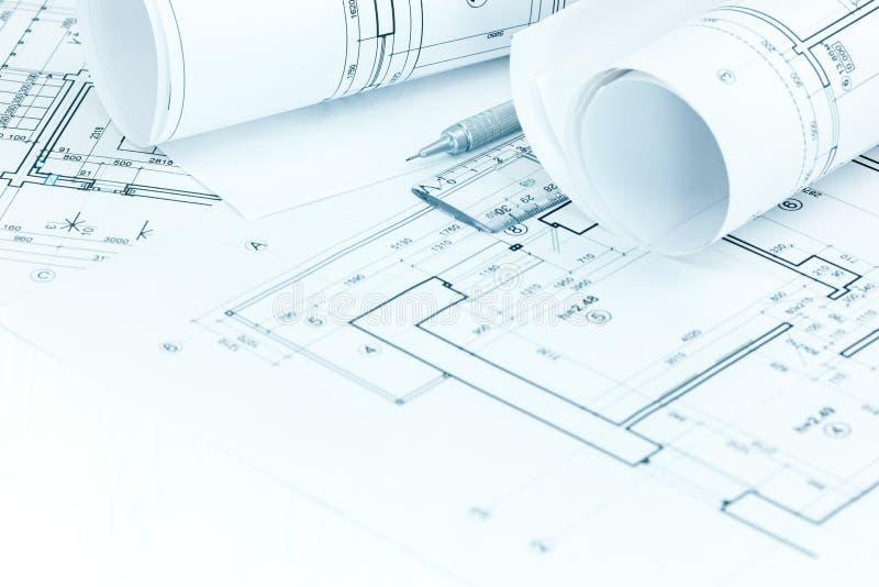 Modelos arquitetónicos dos planos e do rolo do projeto, lápis e regra foto de stock