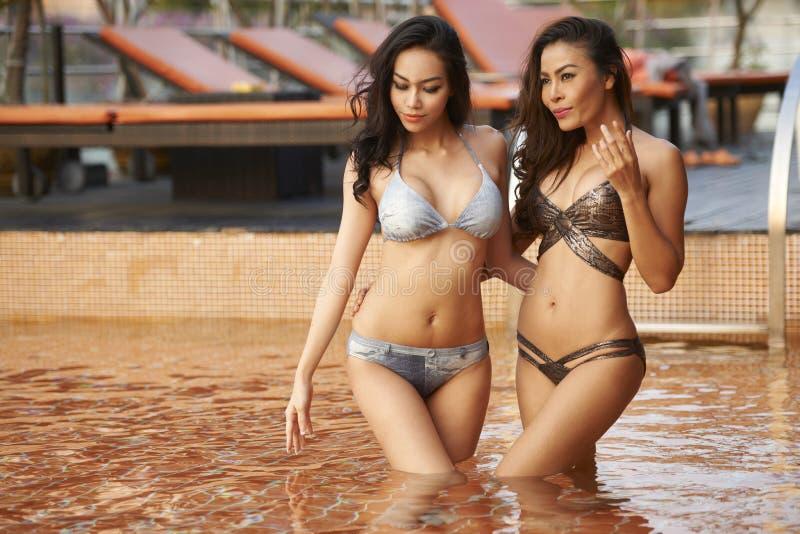 Modelos asiáticos do biquini fotografia de stock