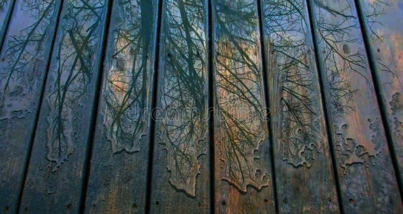 Modelos coloridos de la lluvia en cubierta azul imagen de archivo libre de regalías
