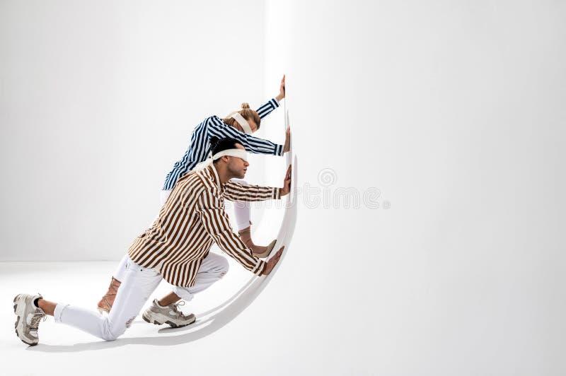 Modelos com as vendas que empurram a parede que levanta para a campanha social fotografia de stock royalty free
