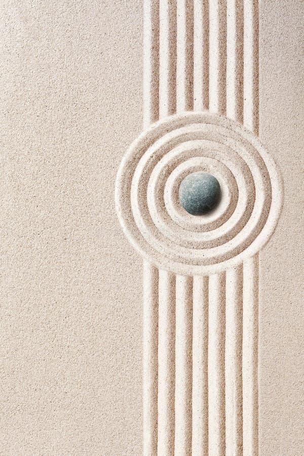 Modelos cuidadosamente rastrillados en Zen Garden japonés imagenes de archivo